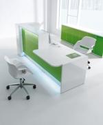 """Empfangstheke """"Vale"""" als gerades Element mit einem Beraterplatz und einem Seitenschrank. Ausführung in Hochglanz grün und mit LED-Beleuchtung"""
