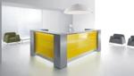 """Empfangstheke """"Vale"""" als L-Form in Hochglanz grün, mit Seitenschränken und LED-Beleuchtung"""