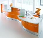 """Empfangstheke """"Vale"""" in Wellenform mit 2 Beraterplätzen in Hochgalnz orange und LED-Beleuchtung"""