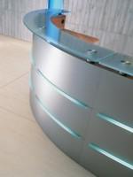 Empfangstheke Maro Plus mit Beleuchtung in silber und mit Glasauflage