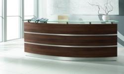 Die Empfangstheke PERFECT ist der allgemeine Klassiker, schöne Holzfarben und eine satinierte Glasablage
